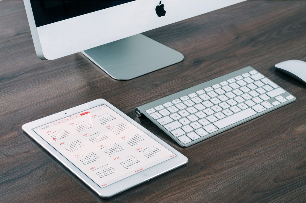 imac iPad apple keyboard magic mouse on wooden desk