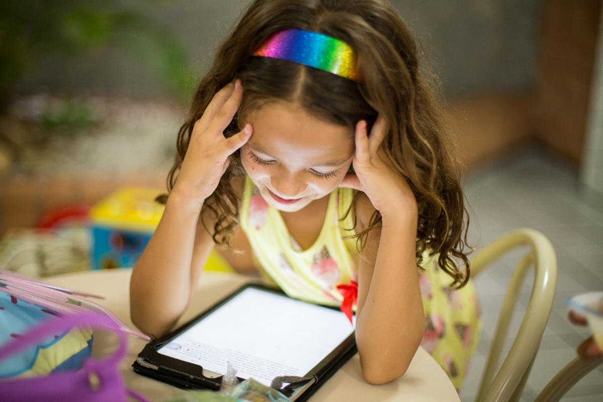 iPad, Girl, Reading